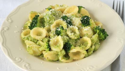 Feed orecchiette with broccoli