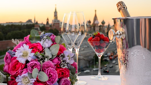Feed champagne with kremlin view