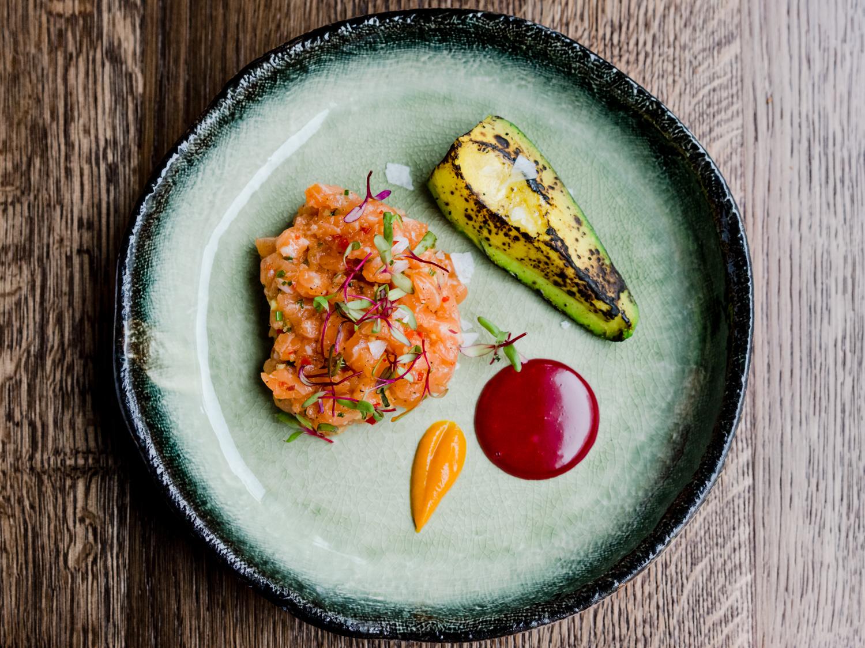 Tartar iz lososiya avocado grill  ayoli iz svekli 520 rub.