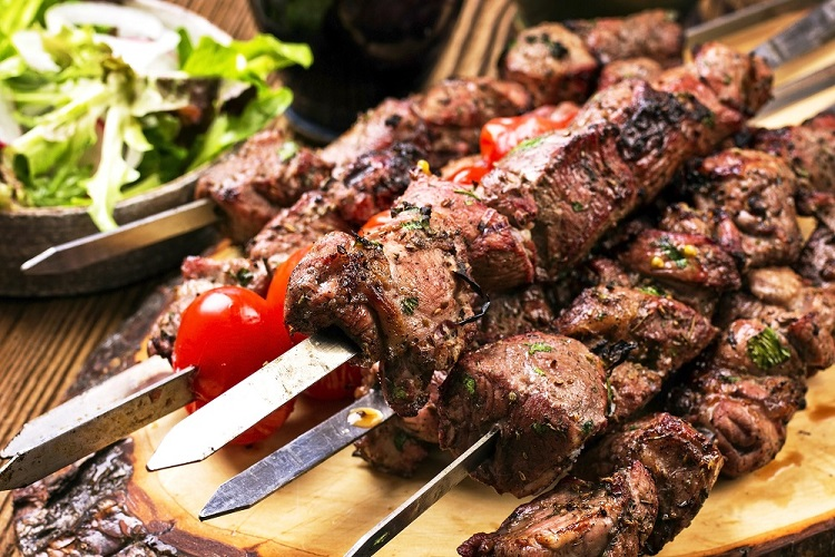 Mieso  kebab  szaszlyki  pomidory  salata  1